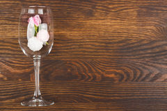 Wineglass με τα ανοικτό ροζ τριαντάφυλλα και τις μαρέγκες Στοκ Φωτογραφία