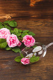 Wineglass με τα ανοικτό ροζ τριαντάφυλλα Στοκ εικόνα με δικαίωμα ελεύθερης χρήσης