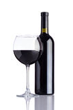 Wineglass και μπουκαλιών κρασί στο άσπρο υπόβαθρο Στοκ εικόνα με δικαίωμα ελεύθερης χρήσης