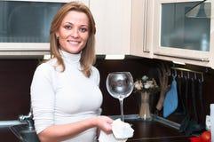 Wineglass de lavagem da mulher Fotografia de Stock Royalty Free