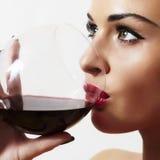 美丽的白肤金发的妇女用wineglass.red lips.dry红葡萄酒 库存照片
