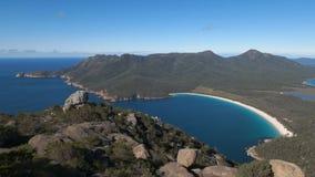 Wineglass zatoka od szczytu mt amos w Tasmania, Australia zbiory wideo