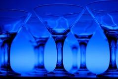Wineglasses na tabela no azul Imagem de Stock