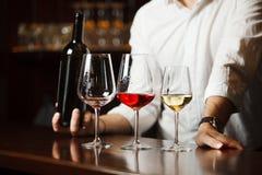 Wineglasses umieszczający na drewnianym stole i sommelier fotografia royalty free