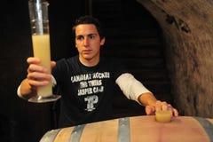 Winemaker met nieuwe wijn Royalty-vrije Stock Afbeeldingen