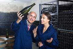 Winemakers человека и женщин с бутылкой вина Стоковое Изображение