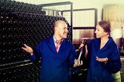 Winemakers человека и женщин с бутылкой вина Стоковое Изображение RF