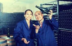 Winemakers человека и женщин с бутылкой вина Стоковые Фото