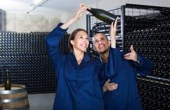 Winemakers человека и женщин с бутылкой вина Стоковая Фотография