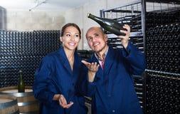 Winemakers человека и женщин с бутылкой вина Стоковые Фотографии RF