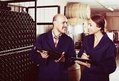 Winemakers человека и женщин с бутылкой вина Стоковая Фотография RF