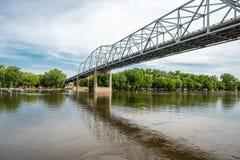 Wing Bridge vermelho sobre o rio de Missippi foto de stock