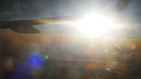 Wing Plane Flying i himlen mot en bakgrund av solnedgången stock video