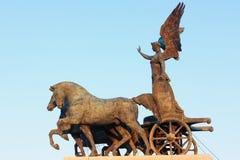 Winged胜利古铜色雕象在Vittoriano上面的 库存图片