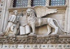 Winged Löwe mit dem Buch Stockbild