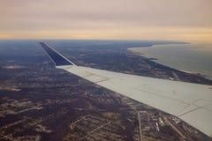 Winglet in gediplomeerde donkerblauwe hemel met een mening van grote stad hieronder in Cleveland Ohio stock fotografie