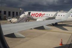 Winglet och Jet Airplane på flygfältet i flygplatssikt Arkivfoto