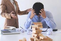 Winiący biznesowego pojęcie, Żeński wykonawczy kierownik wini pracownika dla błędu lub niepowodzenia, biznes drużyna nieporozumie obrazy stock