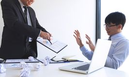 Winiący biznesowego pojęcie, kierownik wyższego szczebla kierownik wini pracownika dla błędu lub niepowodzenia, biznes drużyna ni obrazy stock