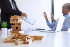 Winiący biznesowego pojęcie, kierownik wyższego szczebla kierownik wini pracownika dla błędu lub niepowodzenia, biznes drużyna ni fotografia stock