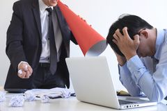 Winiący biznesowego pojęcie, kierownik wyższego szczebla kierownik wini pracownika dla błędu lub niepowodzenia, biznes drużyna ni zdjęcie royalty free