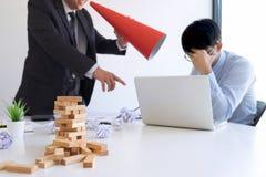 Winiący biznesowego pojęcie, kierownik wyższego szczebla kierownik wini pracownika dla błędu lub niepowodzenia, biznes drużyna ni zdjęcie stock
