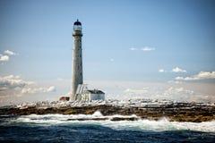 Winieta Wysoka latarnia morska w Nowa Anglia przy Niskim przypływem na sumie obrazy stock