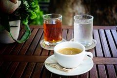 Winiety kawy espresso kawa w szklanej filiżance na filiżanki herbacianej filiżanki wody filiżance drewniany stół w z ogrodowym tł Zdjęcia Royalty Free