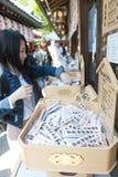 Winkel binnen Shinto-heiligdom en Boeddhistische tempel in Japan die Omikuji verkopen of stroken van document met fortuinen voor  stock afbeeldingen
