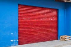 Winkel buiten met gesloten rood gesloten blind - storefront royalty-vrije stock afbeeldingen