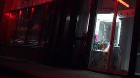 Winkel in de nacht Knipoogje reclameuithangborden stock video