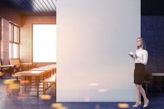 Winkel de voor de betere inkomstklasse van de zolderkoffie, bespot omhoog muur, vrouw Stock Afbeelding