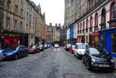 Winkel-gevoerde Victoria St in Edinburgh stock foto
