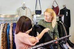 Winkel het hulp kiest helpen kleren stock foto