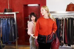 Winkel het hulp kiest helpen kleren royalty-vrije stock foto