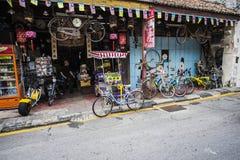 Winkel in Maleisië met fiets geparkeerde juiste buitenkant Royalty-vrije Stock Afbeeldingen