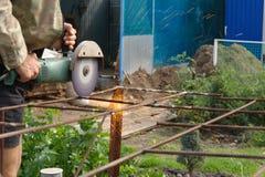 Winkel-Schleifer-Metal-Sawing mit blinkenden Funken nah oben Lizenzfreie Stockfotos
