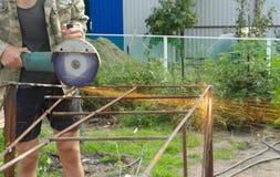 Winkel-Schleifer-Metal-Sawing mit blinkenden Funken nah oben Stockfotos