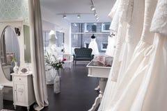 Winkel van het boutique de bruids huwelijk, Vestiaires, venster Stock Foto's