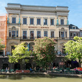 Winkel van Sinkel en el canal de Oudegracht en Utrecht, Países Bajos imagen de archivo libre de regalías