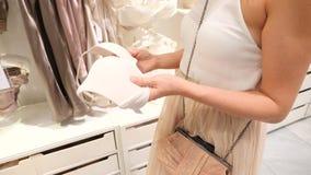 Winkel van vrouwen` s ondergoed Vrouwen` s bustehouder op hangers in een geslachtsopslag, 4k, langzame motie stock footage