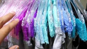 Winkel van vrouwen` s ondergoed Vrouwen` s damesslipjes op hangers in een geslachtsopslag, 4k, langzame motie stock videobeelden