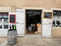 Winkel verkopende wijn dichtbij sant Emilion in Frankrijk Royalty-vrije Stock Afbeeldingen