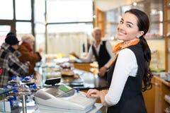 Winkelbediende bij kasregister Royalty-vrije Stock Afbeeldingen