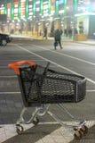 Winkelcomplexparkeerterrein en leeg boodschappenwagentje stock foto