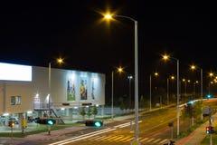 Winkelcomplexweg bij nacht stock foto