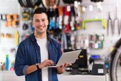 Winkeleigenaar in fietsworkshop Stock Afbeelding