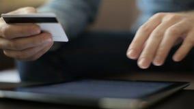 Winkelen online met creditcard op digitale tablet stock videobeelden