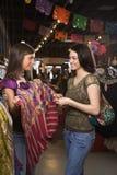 Winkelen van twee het Jonge Vrouwen stock afbeeldingen