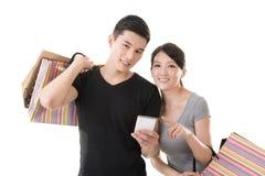 Winkelend Aziatisch paar Stock Foto's